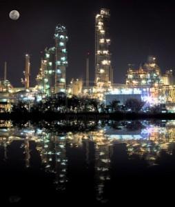 impianto petrolchimico notte